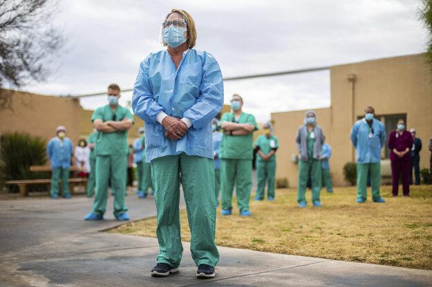 Zdravotníci z medicínskeho centra v meste Tucson v štáte Arizona vzdávajú úctu obetiam ochorenia Covid-19.