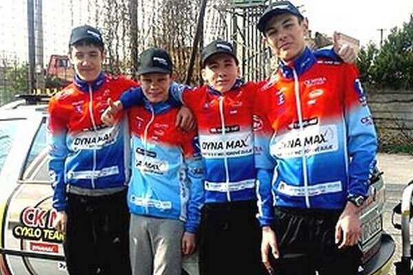 Mladí cyklisti CK Dynamax na štarte 1. kola Slovenského pohára - zľava M. Vlčák, J. Vörös, M. Bugár a J. Toriška.