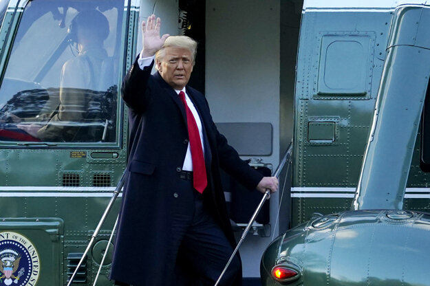 Odchádzajúci americký prezident Donald Trump máva z vrtuľníka Marine One počas odchodu z Bieleho domu.