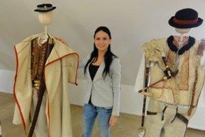 Riaditeľka múzea Zuzana Krčmárová ukazuje časť vystavených exponátov.