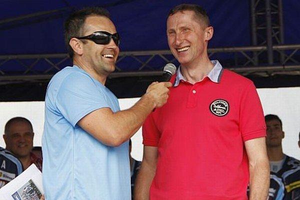 Moderátor prvej časti stretnutia Slavo Jurko s trénerom Antonínom Stavjaňom. Ten dokonca hodil svoju medailu do davu.