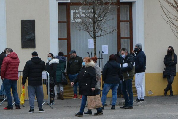 V piatok sa aj vďaka online registrácii veľké rady pred odberovými miestami netvorili.