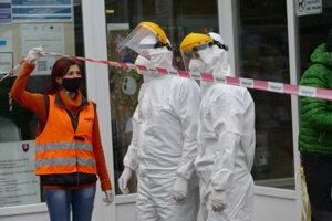 Poľskí zdravotníci a riaditeľka školy Janka Kamenská Halečková počas celoplošného skríningu na ZŠ Námestie mladosti v Žiline.