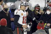 Tom Brady s trofejou pre víťaza konferencie NFC.