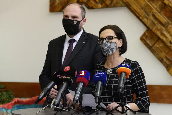 Jaroslav Polaček a Lucia Gurbáľová na brífingu o výsledkoch skríningu.