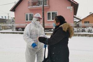 Terénno-sociálna pracovníčka pri vstupe do lokality Rómska osada.
