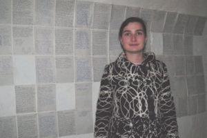 Kurátorka výstavy Eva Nováková pri spoločnom denníkovom projekte Lucie Kordačovej a Lucie Kotvanovej.