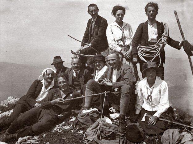 Miloš Janoška (s vreckovkou na hlave) s priateľmi na Ďumbieri okolo roku 1922