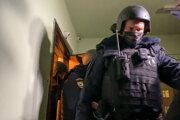 Policajti v byte Olega Navaľného.