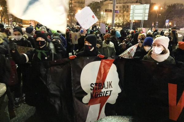 Štvrtkový protest pred poľským ústavným súdom proti zákazu interrupcií.