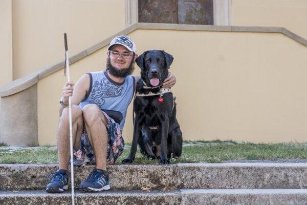 Michal s vodiacim psom Izzim.