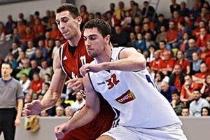 Pavol Lošonský (v bielom) prispel k sobotňajšiemu víťazstvu výborným výkonom. Vzadu Siniša Bilič.
