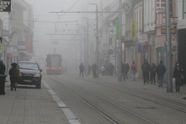 Hmla v uliciach bratislavského Starého Mesta.