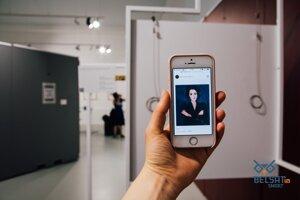 Po naskenovaní sa návštevníkom zjavia v mobile reprodukcie diel, ktoré predtým na stenách viseli, vrátane Evy.