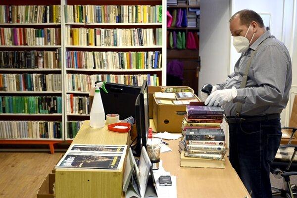 Vypožičané knihy sa po návrate od čitateľov umiestňujú do karantény.
