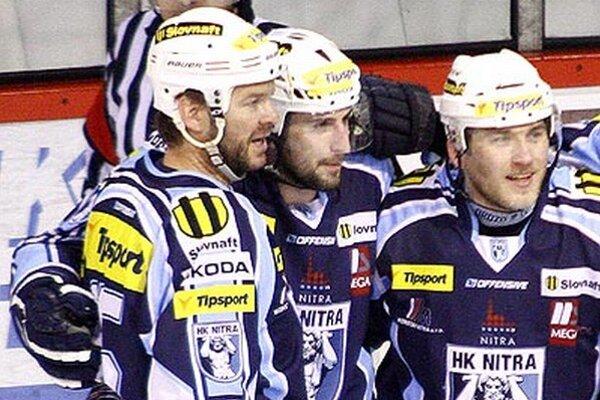 Prvá formácia ťahá Nitru zatiaľ aj v sérii proti Banskej Bystrici. Zľava Jozef Stümpel, Roman Tománek a obranca Peter Ordzovenský.