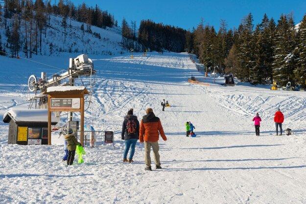 Ľudia na neupravenom svahu počas lockdownu v lyžiarskom stredisku na Štrbskom Plese vo Vysokých Tatrách.