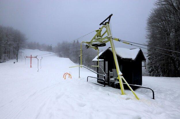 Zatvorené lyžiarske stredisko Skalka pri Kremnici.