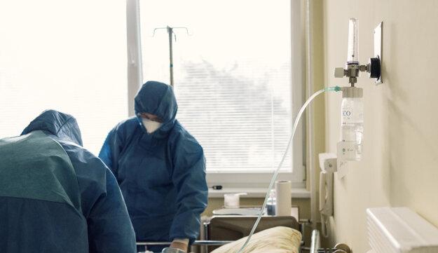Zdravotnícky personál ošetruje pacienta s ochorením na COVID-19 v Nemocnici Malacky.