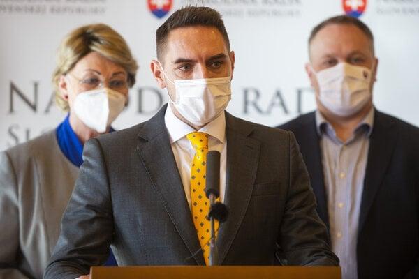 Poslanec hnutia OĽaNO Juraj Gyimesi (na snímke s Annou Záborskou a Richardom Vašečkom) žiada o vypustenie druhej národnosti zo sčítania, ktoré začína 15. februára 2021.