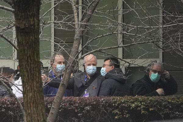 eter Daszak (uprostred) z vyšetrovacieho tímu svetovej zdravotníckej organizácie (WHO) sa rozpráva s ostatnými členmi pred návštevou Centra pre prevenciu a kontrolu chorôb zvierat vo Wu-chane.
