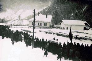 Pohreb obetí sa konal až pár dní po páde lavíny. Trvalo totiž dlho, než našli v mase snehu poslednú obeť.
