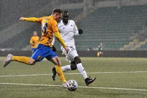 Vľavo Patrik Blahút (Pohronie) a Tidiane Djiby Ba (Nitra) počas dohrávky 17. kola futbalovej Fortuna ligy  FK Pohronie – FC Nitra.