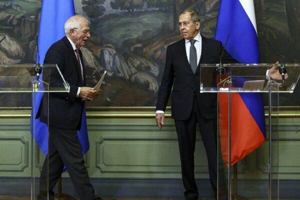 Zľava šéf európskej diplomacie Josep Borrell a Sergej Lavrov ruský minister zahraničných vecí.