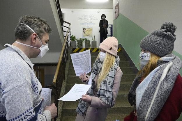 Študenti ukazujú test na covid na Strednej zdravotníckej škole Celestíny Šimurkovej. Trenčiansky samosprávny kraj otvoril stredné školy pre študentov končiacich ročníkov v šiestich z deviatich svojich okresov.