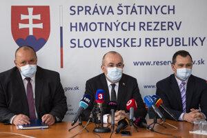 Na snímke z marca 2020 zľava: vtedajší generálny riaditeľ Sekcie štátnych hmotných rezerv Jozef Jantoš, predseda Správy štátnych hmotných rezerv Kajetán Kičura a riaditeľ Odboru hmotných rezerv a pohotovostných zásob Matúš Leško.