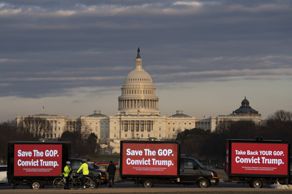 Dodávky s billboardmi na podporu impeachmentu Trumpa nedaleko amerického Kongresu.