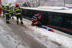 Hrozivo vyzerajúca nehoda autobusu v Hornej Vsi.