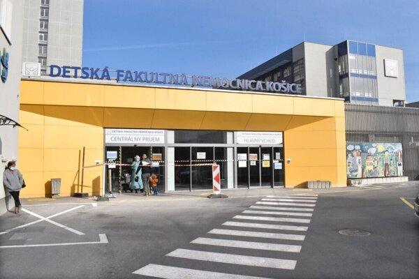V Detskej fakultnej nemocnici v Košiciach liečia pacientov s koronavírusom, problémy zrejme robí britská mutácia.