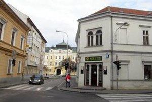 Mariatchi sídli na rohu Farskej a Mostnej. Kartársky klub Walhala, z ktorého prišli útočníci, má prenajaté priestory v budove oproti. K 15. februáru dal výpoveď.