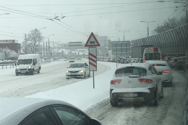 Na Levočskej ulici sa tvorila dlhá kolóna.