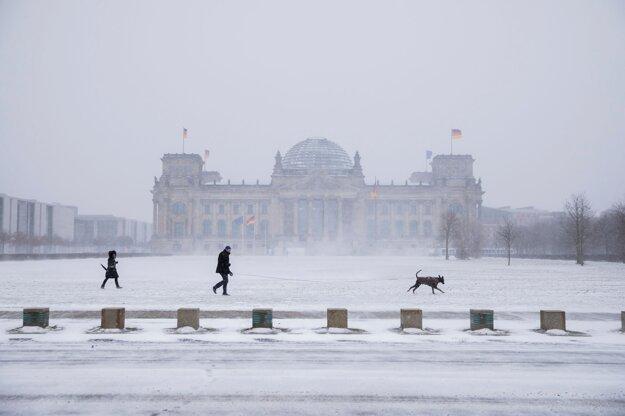 Ľudia pred budovou parlamentu v Berlíne.