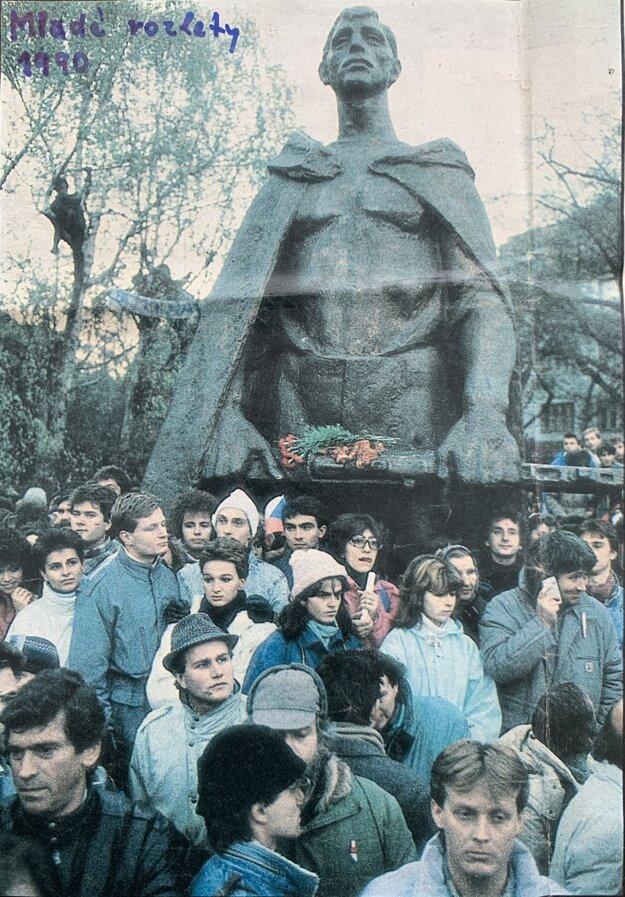 Fotografia z časopisu Mladé rozlety, 1990. Peter Michalko vpravo dole