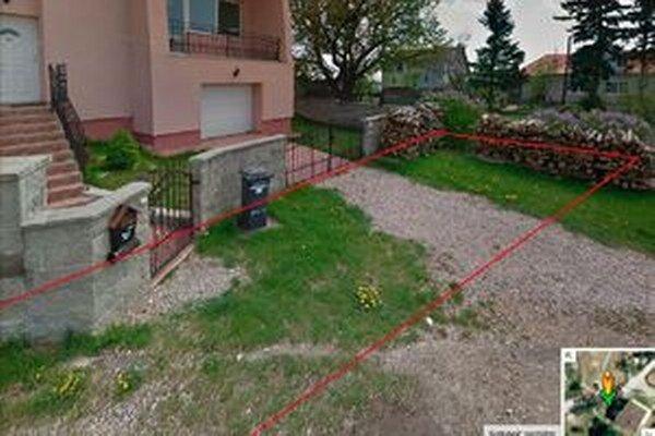 Mesto predalo pozemok pod oknami Medovcov (ohraničuje ho červená čiara) majiteľke nezastavanej parcely v susedstve.