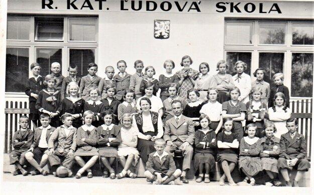 Žiaci a učitelia katolíckej školy v Haliči.