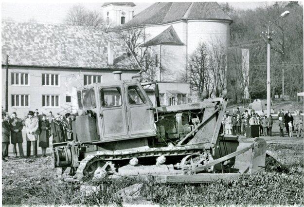 Slávnostné začatie stavby prilákalo miestnych.