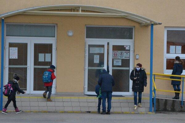 """Základná škola na Škultétyho ulici vTopoľčanoch privítala vúvodný deň 190 žiakov prvého stupňa. """"Deti aj učitelia sa do školy tešili,"""" hovorí riaditeľka školy Mária Bezáková."""