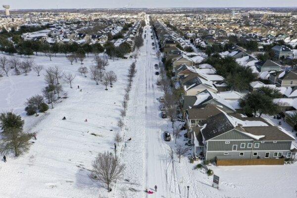 Chladné počasie zasiahnlo aj Texas, snehová pokrývka na predmestí Austinu.