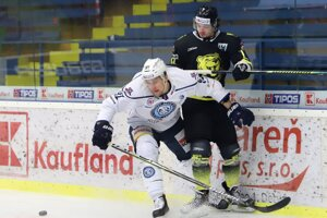 Andrej Šťastný (v bielom) v tejto sezóne pôsobí v Nitre.