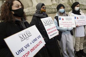 Francúzsky demonštrujú proti zákonu o separatizme.