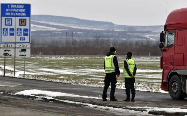 Kontrola na hraničnom priechode s Maďarskom Slovenské Nové Mesto - Sátoraljaújhely.