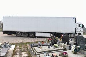 Kamión priváža externý chladiaci príves na Cintorín Kamenný mlyn v Trnave.