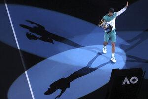 Novak Djokovič s víťaznou trofejou na Australian Open 2021.