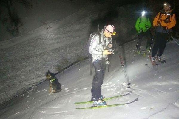 Záchranári nad lavíniskom.