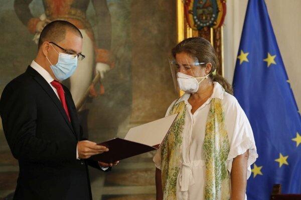 Veľvyslankyňa Európskej únie vo Venezuele Isabel Brilhanteová Pedrosová si preberá vyhlásenie za personu non grata od venezuelského ministra zahraničia Jorgeho Arreazu v jeho kancelárii.