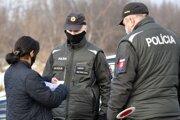 Na dodržiavanie karantény v rómskej osade dohliadajú policajti.